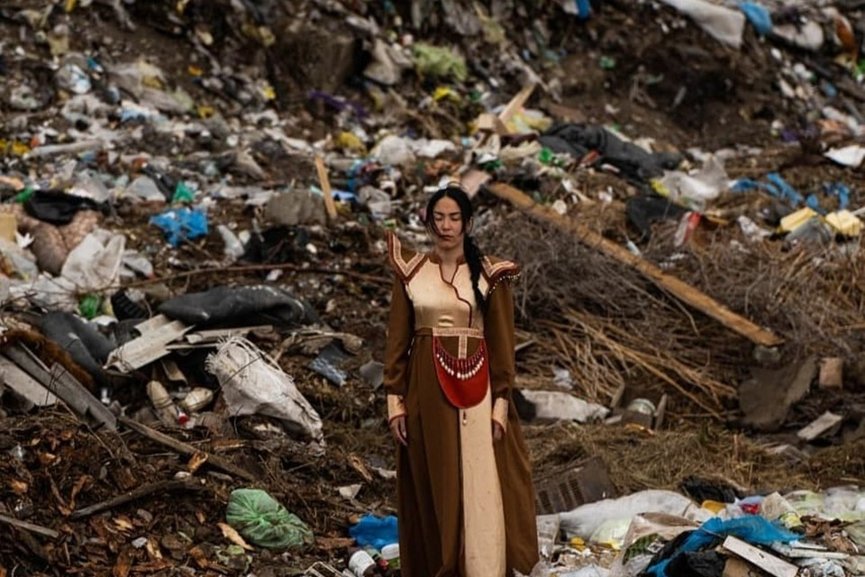 Таким образом она хотела привлечь внимание каждого к проблеме экологии. Фото: Сынару Ороева