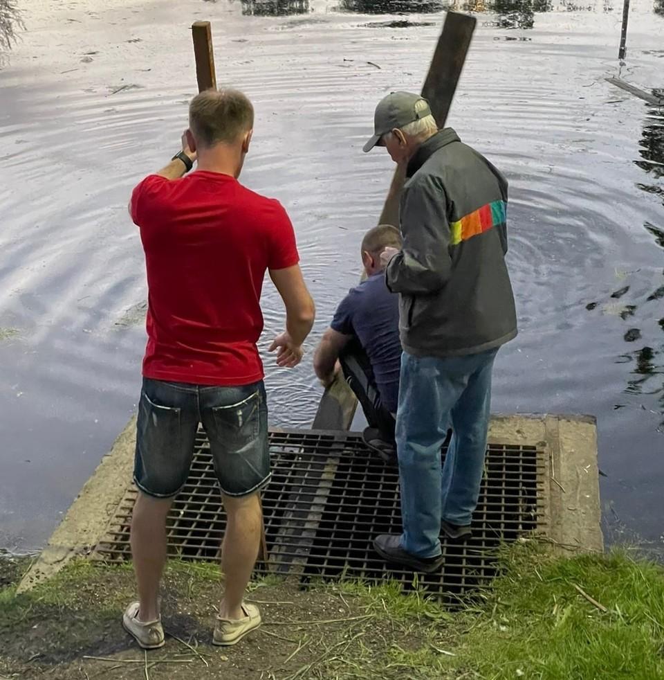 Жители Гагарина спасли провалившегося в канаву утёнка. Фото: «Подслушано Гагарин» ВКонтакте.