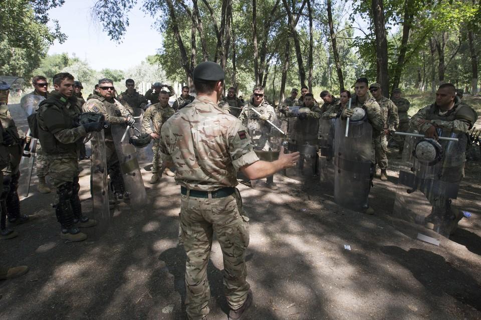 Пьяных британских солдат высадили из поезда у границы Эстонии и России