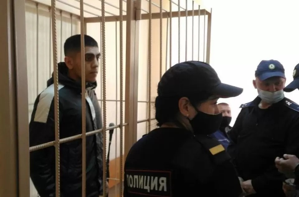 Руслана Курбанова — друга убитого новосибирским полицейским нарушителя — подозревают в вымогательстве, избиении и угрозой убийством. Фото: Управление Судебного департамента в Новосибирской области