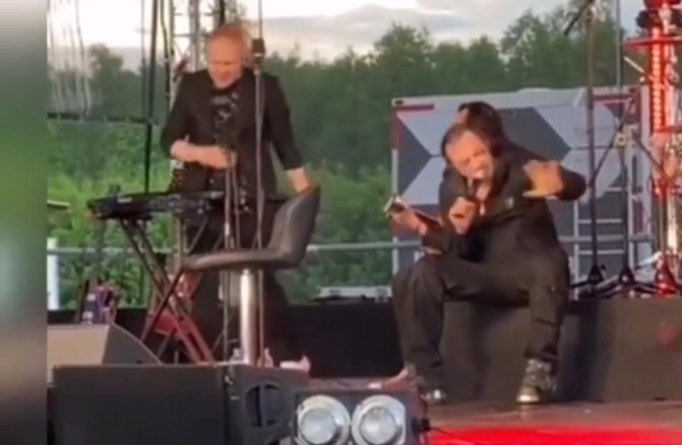 Кадр из видео, на котором Глеб Самойлов пытается петь.