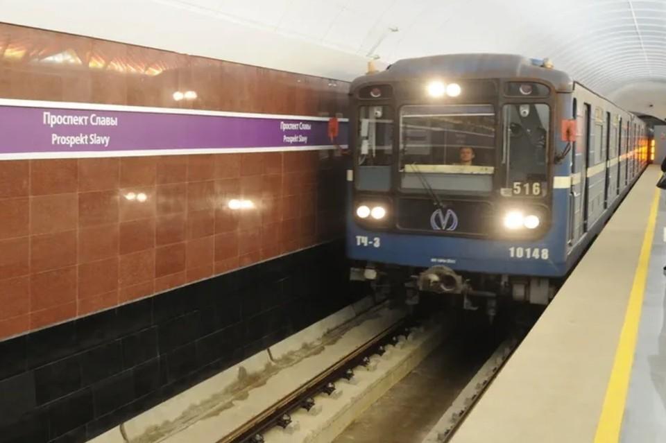 В Петербурге на 5 минут задержались поезда на фиолетовой ветке метро из-за падения пассажира на пути.