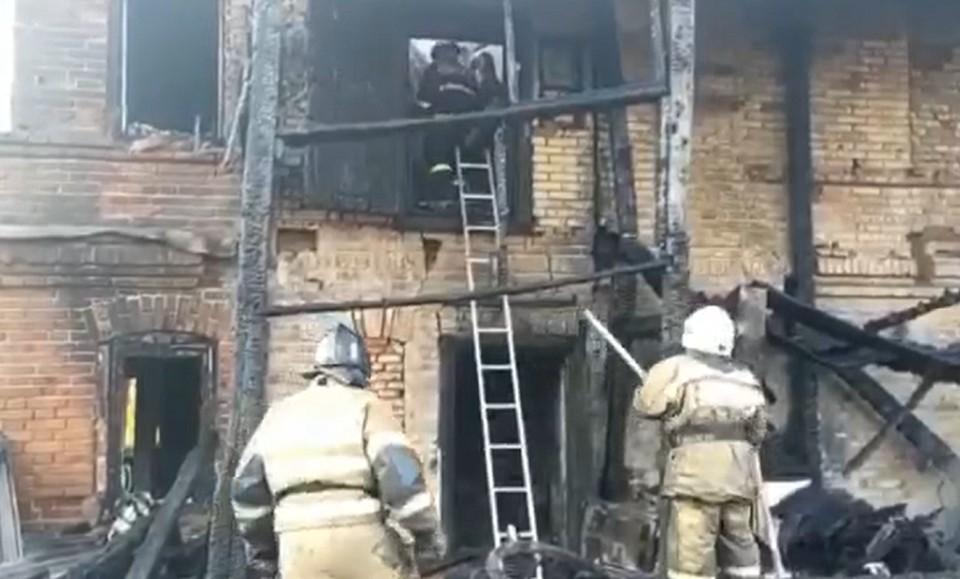 На пожаре в Юго-Камском погибли трое детей и их дедушка. Фото: кадр видео МЧС России.