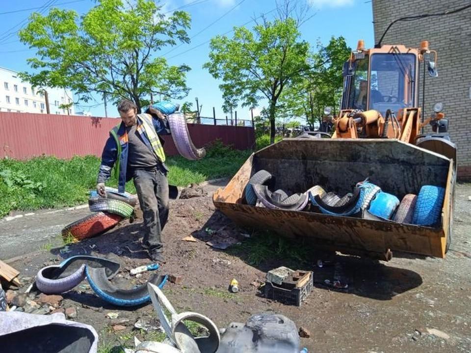 Во Владивостоке утилизируют старые шины. Фото: Фото МБУ «Содержание городских территорий».
