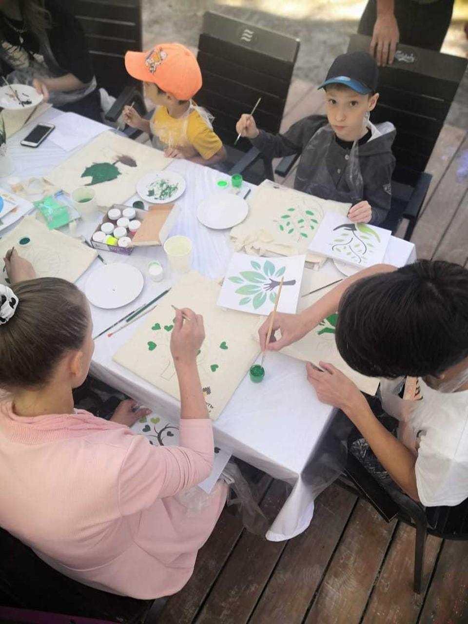 Юные тюменцы разрисовали экосумки, чтобы спасти планету от пластика. Фото - АО «Тюменнефтегаз».