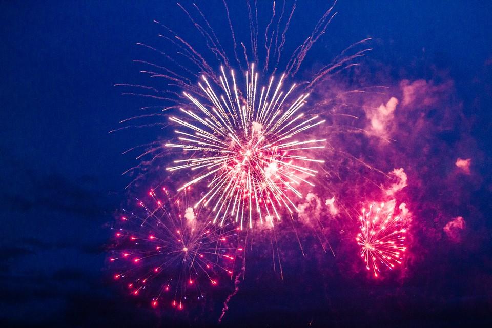 Фейерверк - лучшее завершение праздника после концерта Сергея Лазарева