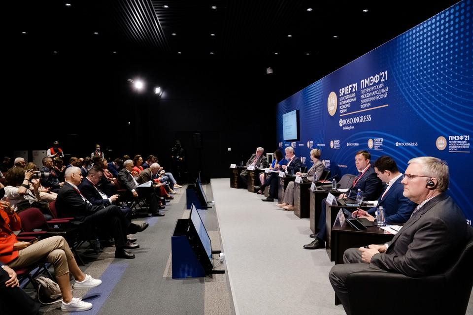 На ПМЭФ-2021 обсудили формирование нового формата среднего образования.