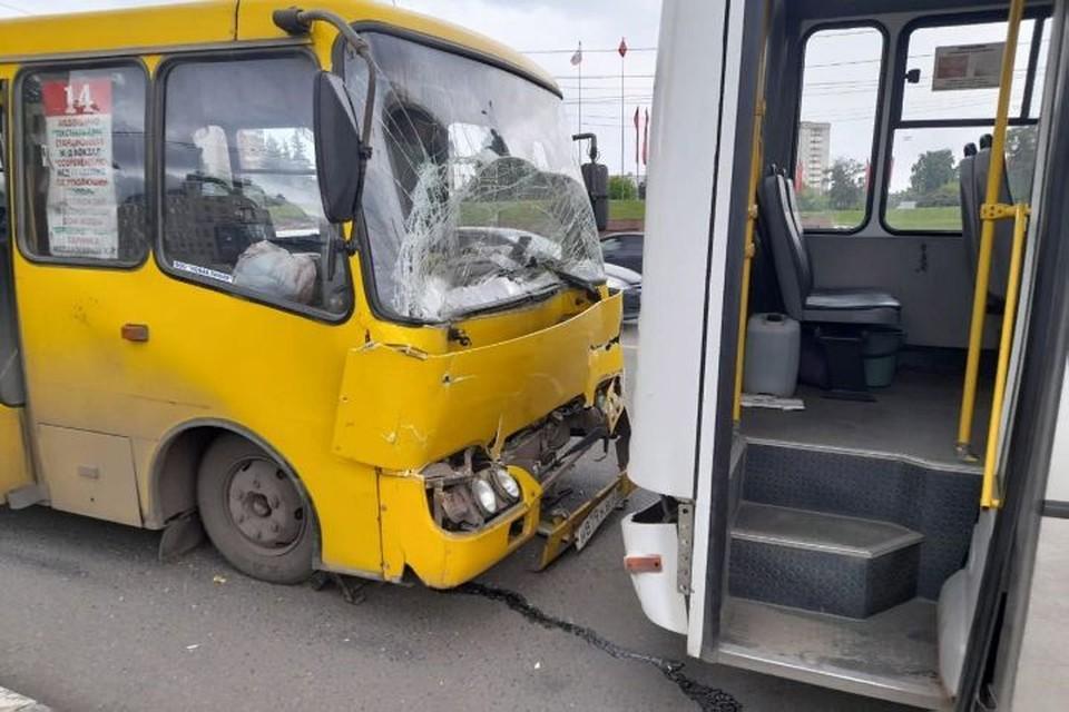 В Иванове столкнулись два пассажирских автобуса и автомобиль. ФОТО: батальон ДПС