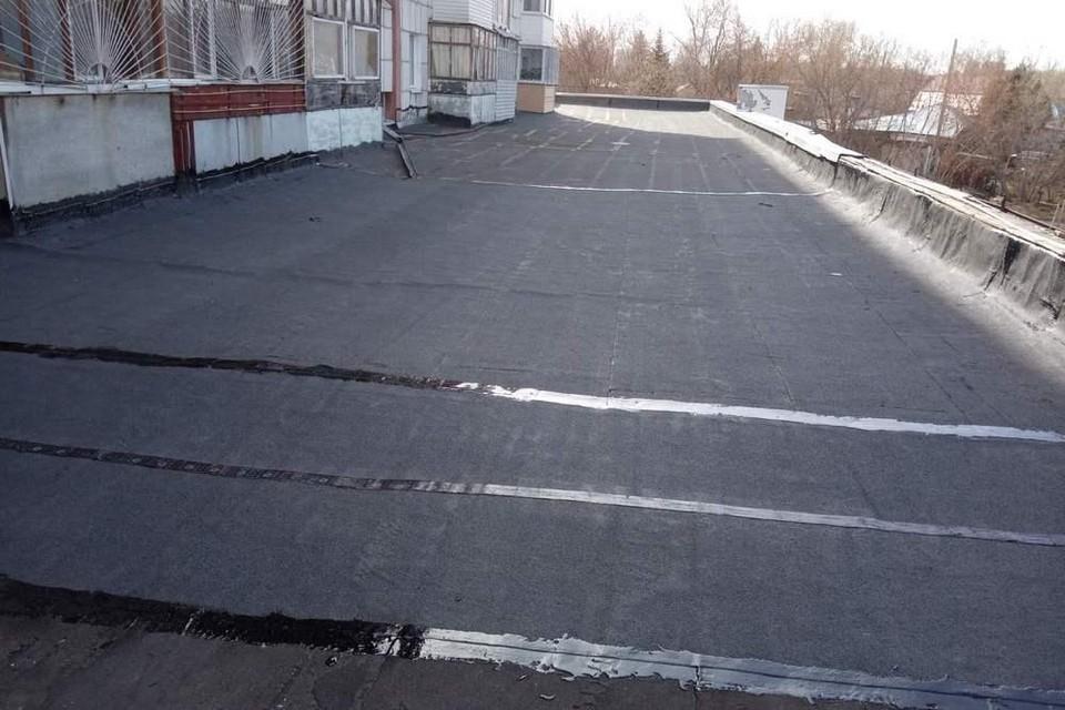 В тюменском доме на Локомотивной после жалобы отремонтировали прохудившуюся крышу. Фото - Госжилинспекция по Тюменской области.