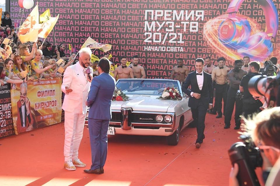 Масла в огонь подлил Филипп Киркоров, смутивший публику свадебным кабриолетом, в котором на месте жениха восседал экс-бойфренд Ольги Бузовой Давид Манукян, а вокруг - полуголые темнокожие мужчины.