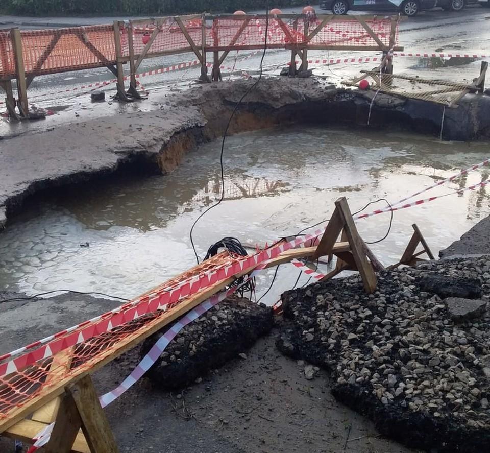 «Дрожь земли» по-тульски: на улице Степанова образовалась огромная яма