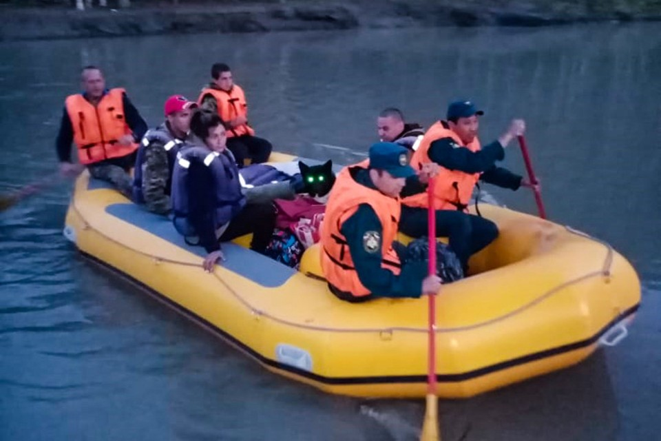 Помощь оказали спасатели и местные жители.