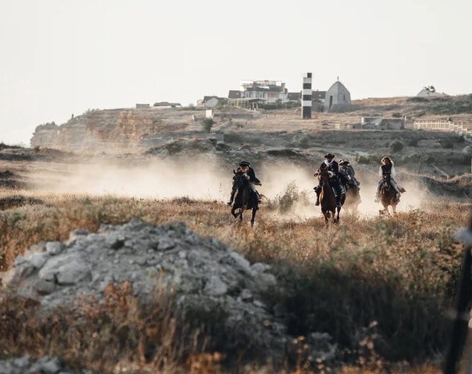"""В ленте много сюжетов с конными в кадре. Фото: Фильм """"Гардемарины-IV""""/VK"""