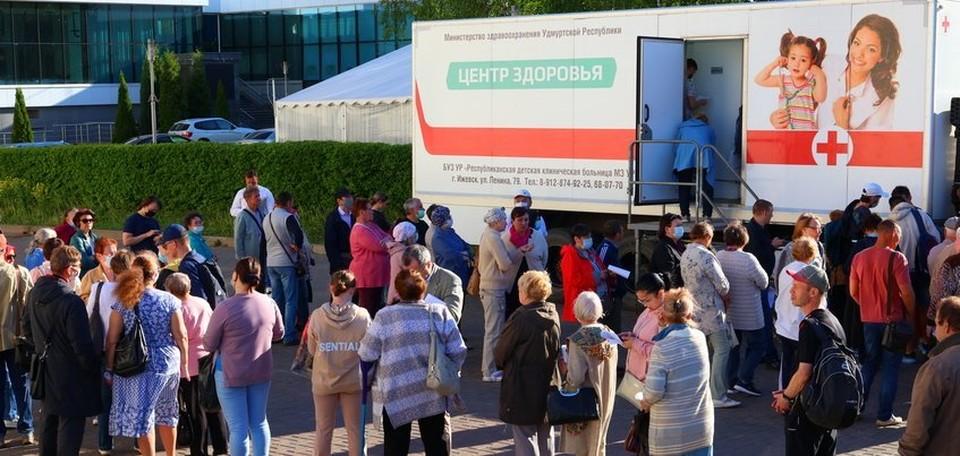В ходе выездной вакцинации от коронавируса привили 565 человек Фото: Амир Закиров