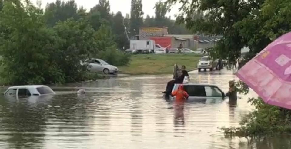 Машины ушли под воду на дороге по улице Томская