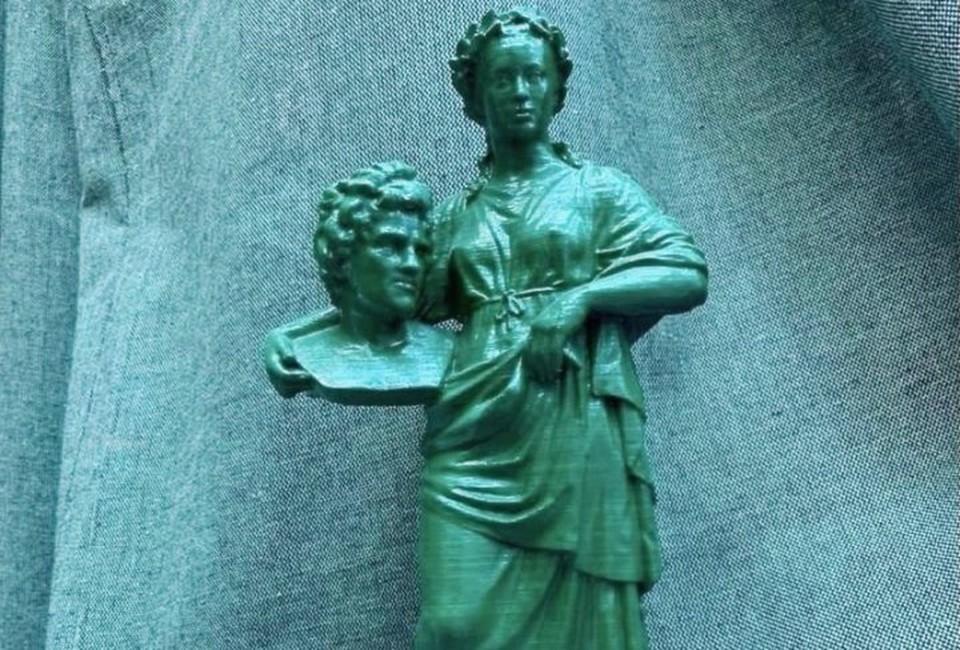 Первый вариант предполагает такую композицию: Муза держит голову Бесселя, известного математика и астронома, который жил и работал в Кёнигсберге. ⠀