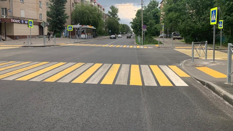 На улице Гагарина уложили дорожное покрытие из прочного асфальтобетона, заменили дорожные знаки, нанесли разметку и установили пешеходные ограждения. Фото: Министерство транспорта РТ.