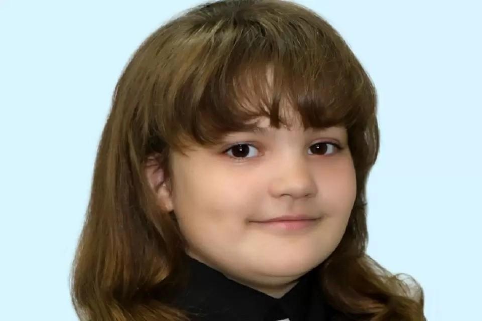 Медаль девочке вручили следователи на празднике в ее школе. Фото предоставлено героем публикации.