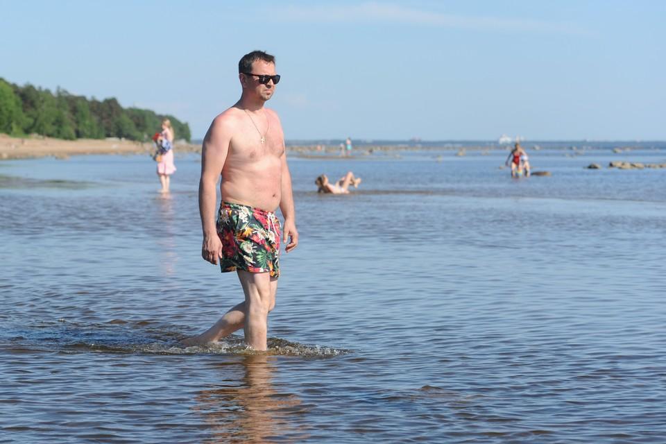 Погода в Петербурге позволяет загорать - жарко.