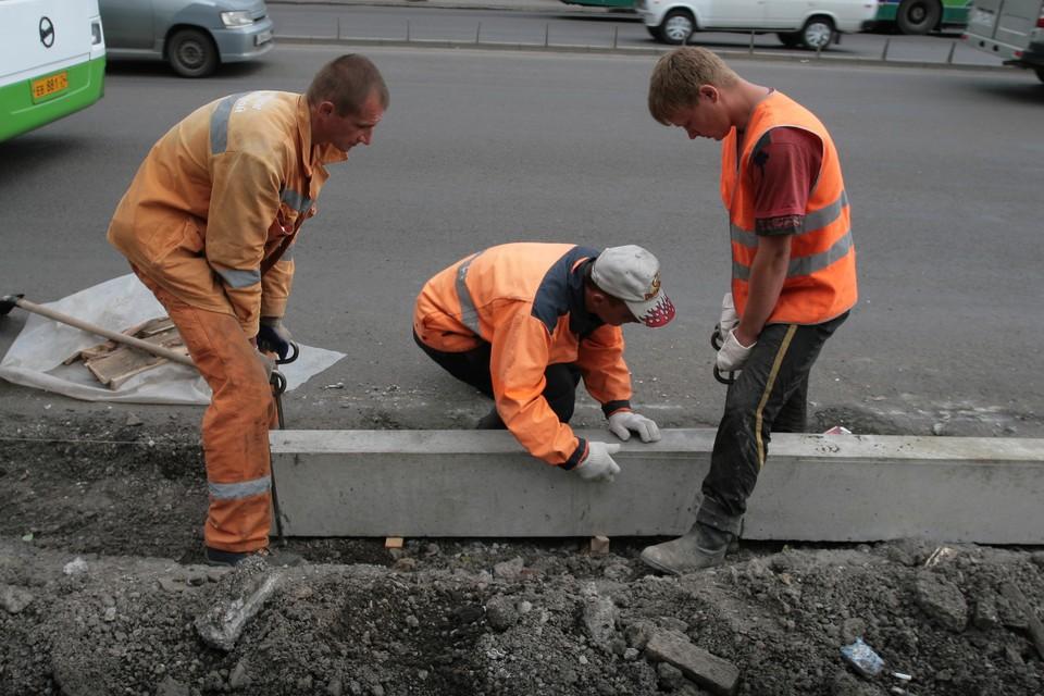В областном центре сейчас проходит ремонт бордюрных камней и укладка декоративной плитки.