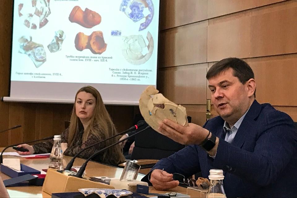 Самые интересные артефакты с Павелецкой площади показал журналистам глава Департамента культурного наследия Москвы Алексей Емельянов