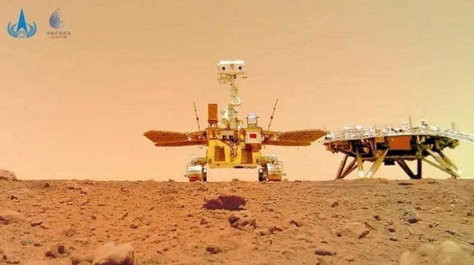 """Китайский марсоход прислал """"селфи"""" и фото с Марса. Фото: CNSA"""