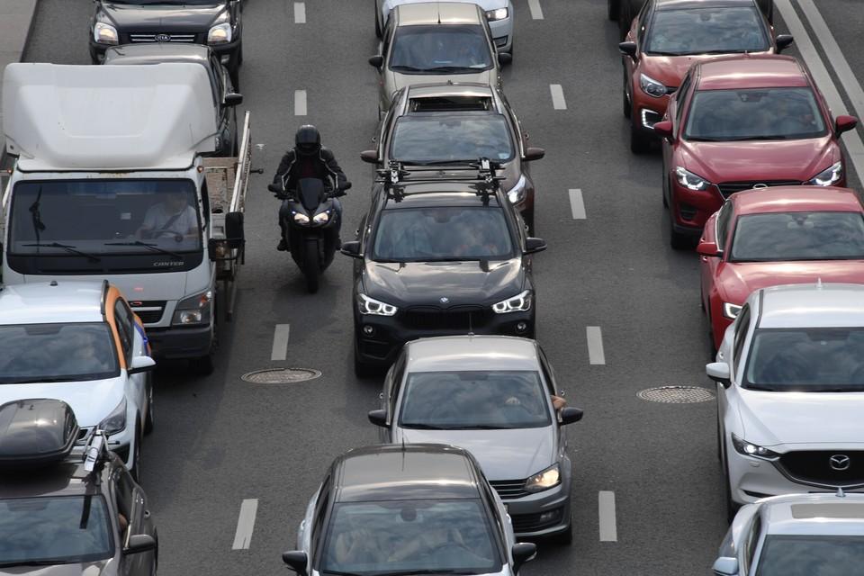 Осложняет дорожную ситуацию уже привычное скопление транспорта на Особенной