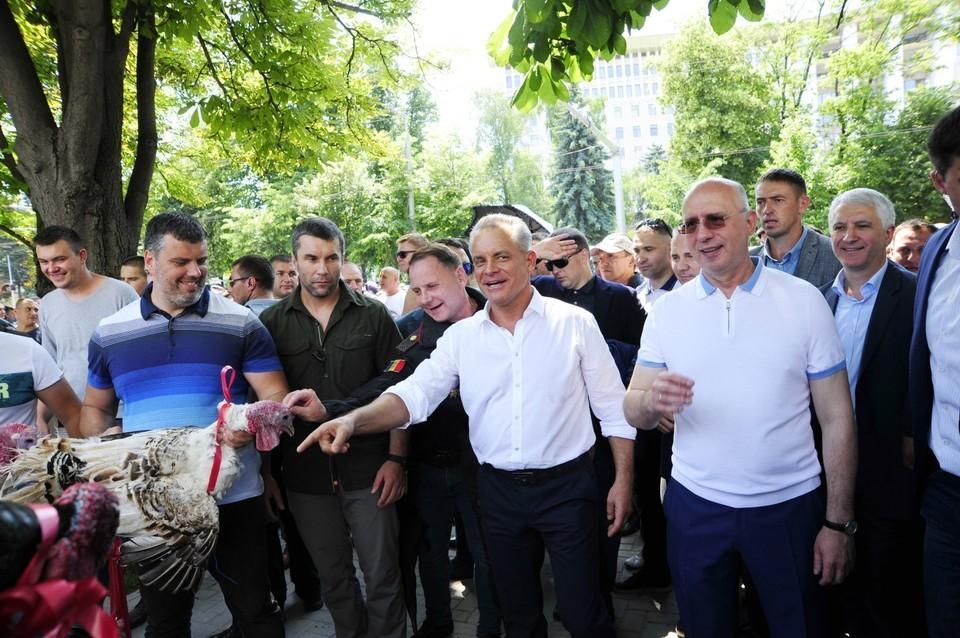 По-настоящему предвыборная кампания в Молдове еще не началась, но политические страсти уже накалились до предела.