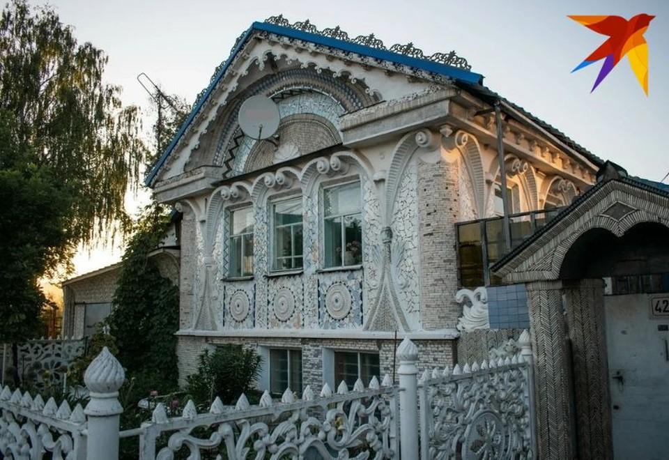 Карнизы фарфорового домика украшает лепнина