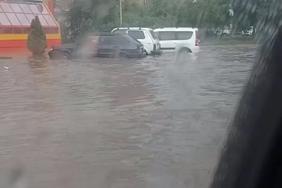 Местные жители говорят, что канализация не справляется с мощным потоком и из-за этого на дорогах образовались заторы