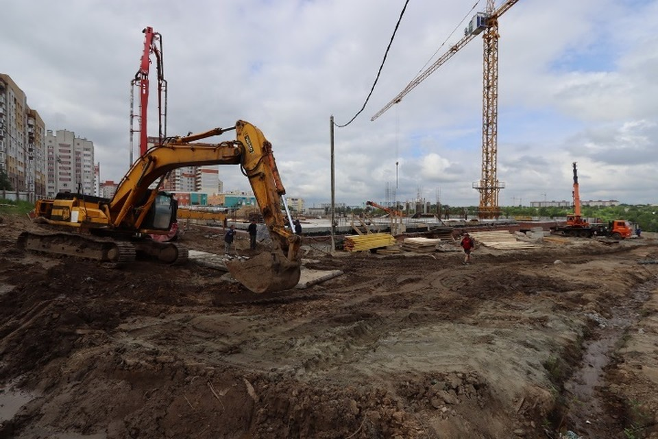 Открытие новой школы, в соответствии с контрактом, запланировали на следующий год.