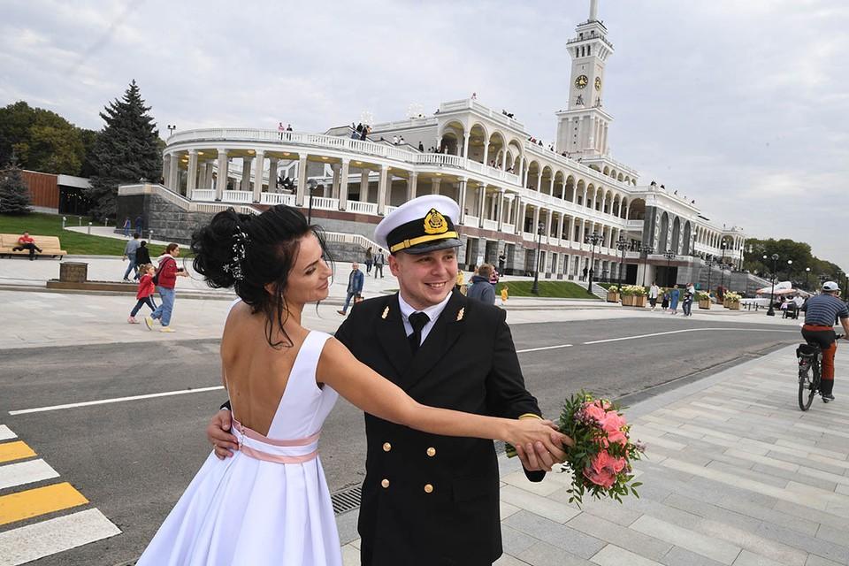 На Северном речном вокзале первые свадьбы проведут 17 июля. В календаре также доступны 7, 21 августа и 25 сентября.