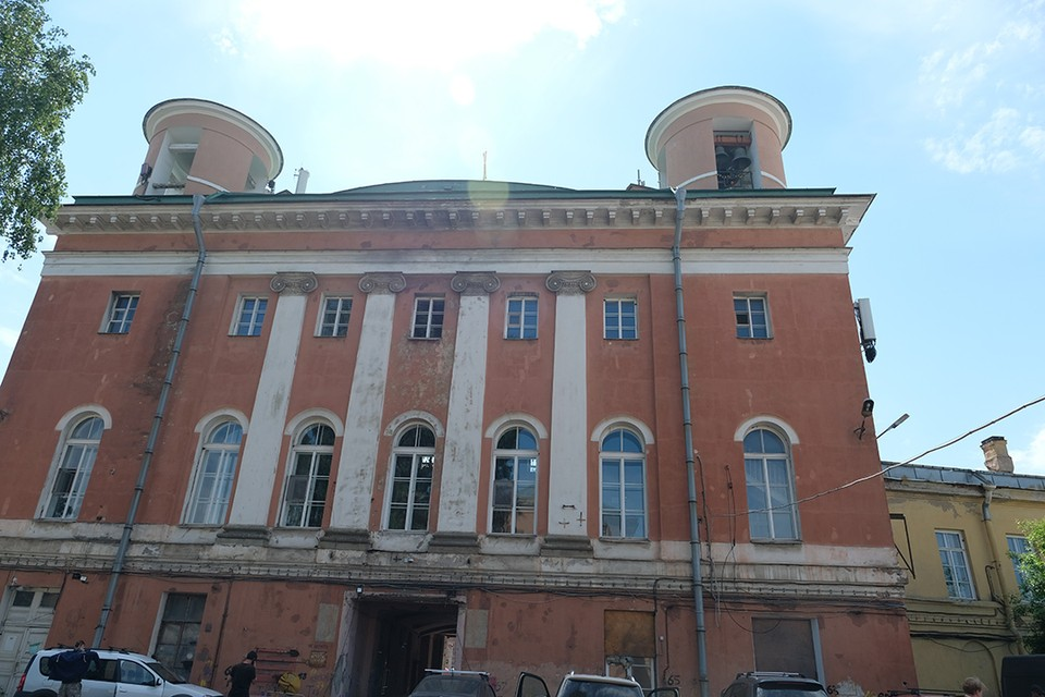 От памятника архитектуры петровской эпохи в центре Петербурга остались одни руины.