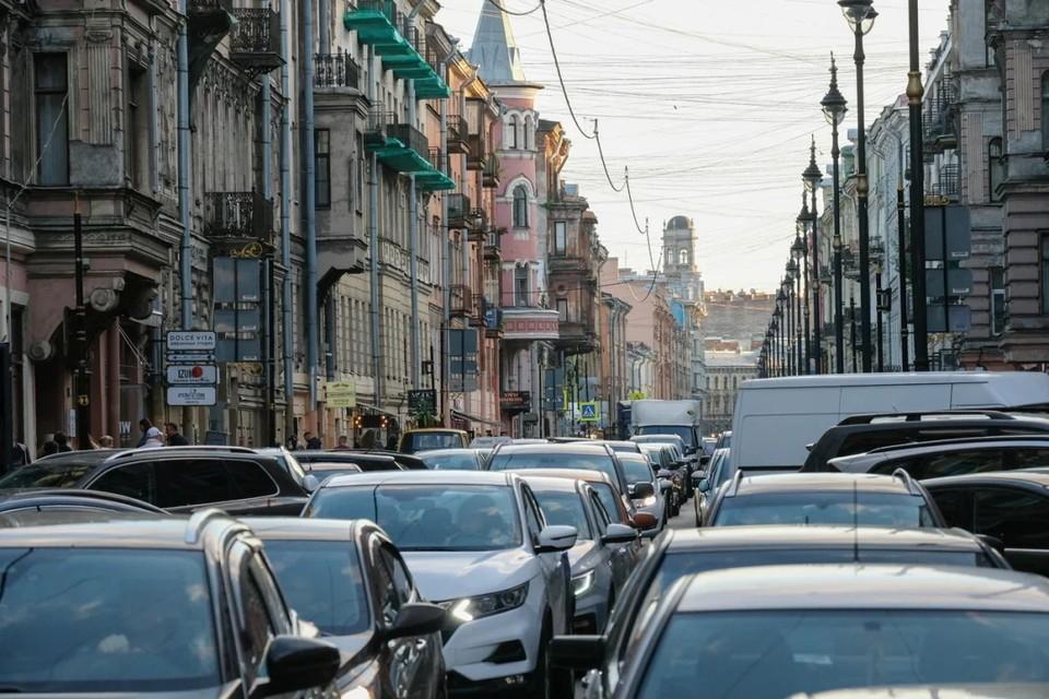 9-балльные пробки наблюдаются на Невском проспекте вечером 11 июня в Санкт-Петербурге.