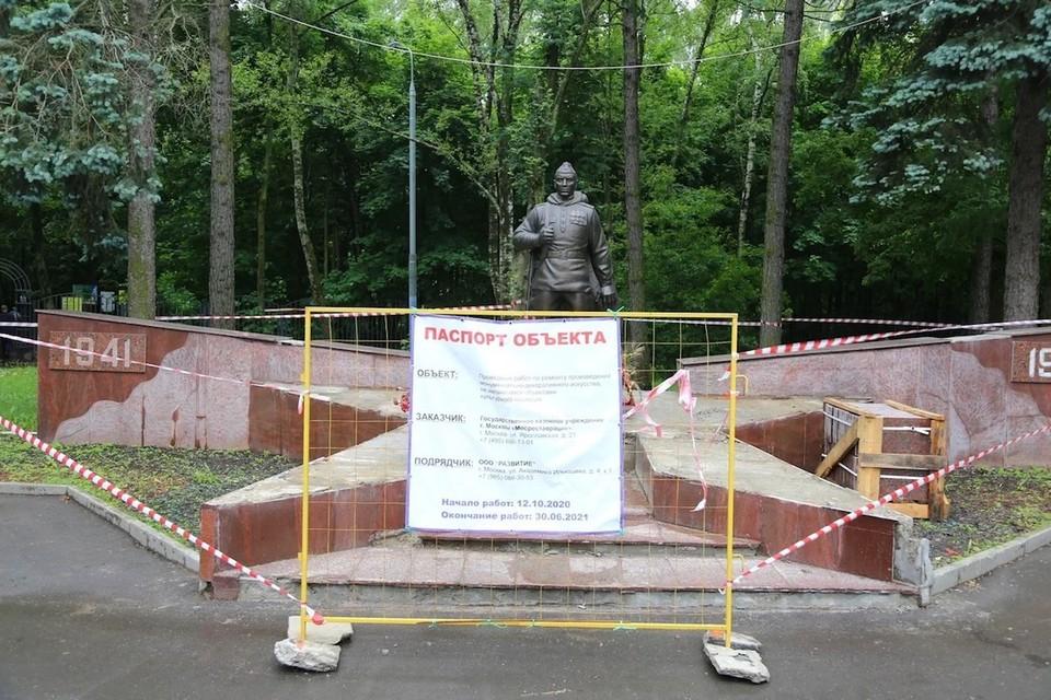Памятник воину-освободителю в Кузьминках должны были отреставрировать к концу июня, однако работы так и не начались. Фото: Александр ЧИКИН.