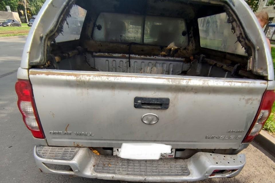 Собака выпрыгнула из заднего окна машины, в котором не было стекла, но зацепилась поводком за бампер