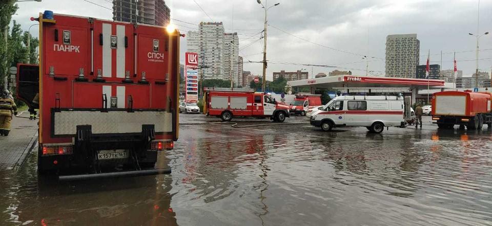 На ж/д вокзале работает пожарная насосная станция. Фото: ГУ МЧС России по РО.
