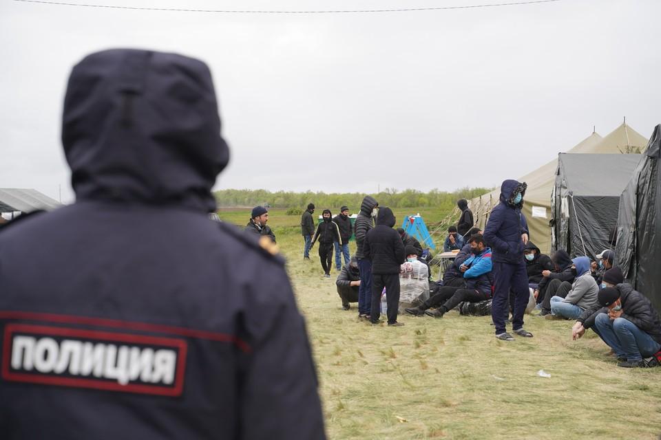 Участники преступного сообщества за деньги легализовали в нашей стране более 10 тысяч мигрантов