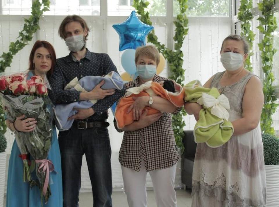 Мамочку и трех сыночков выписали из больницы. Фото: пресс-служба НИИАП