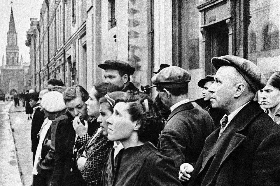 Москва. 22 июня 1941 г. Жители города у репродуктора во время радиосообщения о нападении гитлеровской Германии на Советский Союз. Фото: Евгений Халдей/ТАСС
