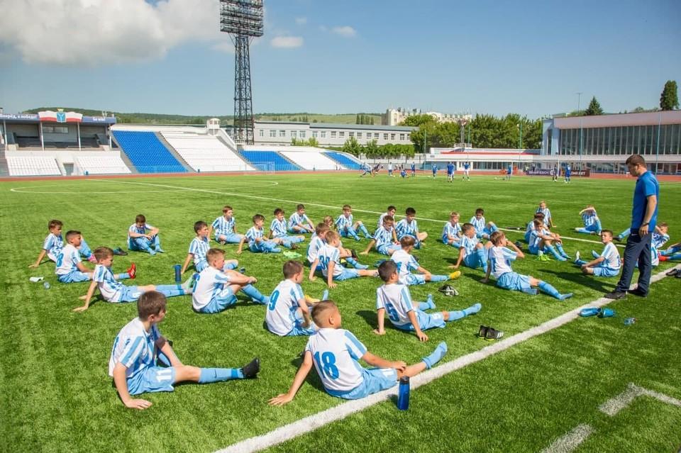 Футболисты школы «Сокол» получили новую форму. Фото областного Минспорта