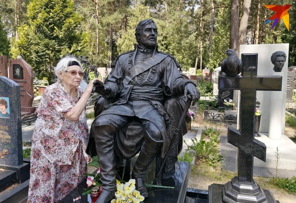 Нина Давидовна каждый четверг приходит на могилу мужа.