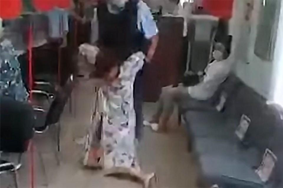 Полицейские выволокли женщину из МФЦ за отказ надеть маску.