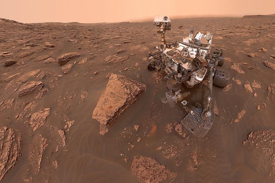 Марсоход НАСА Curiosity «Кьюриосити» на поверхности красной планеты.