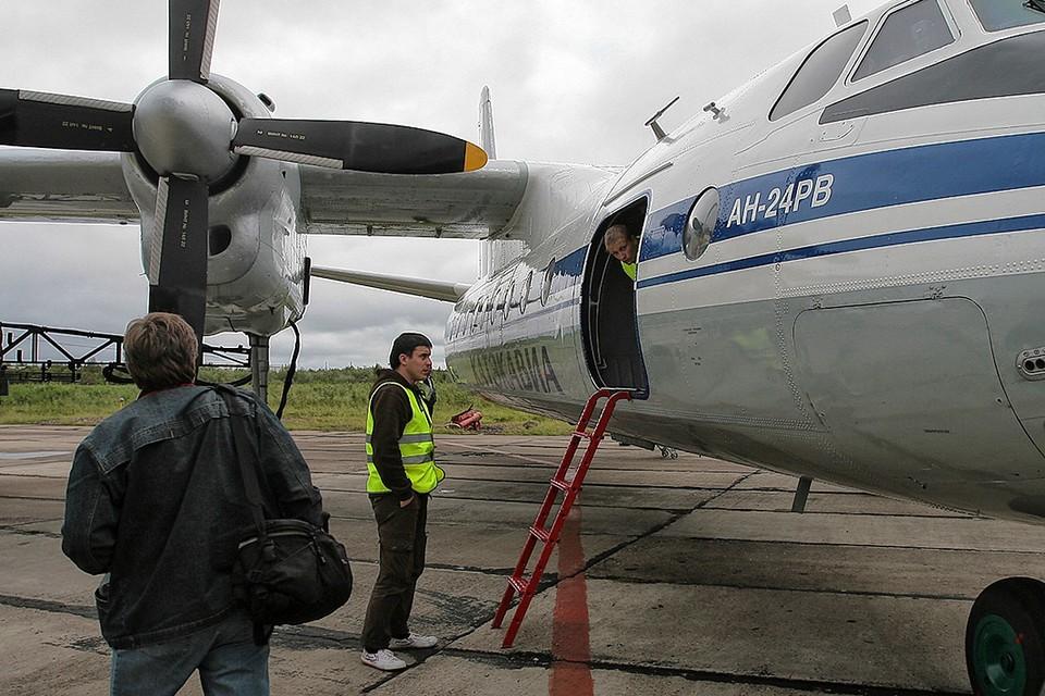 Пассажирский самолёт Ан-24 в аэропорту города Игарка, Красноярский край.