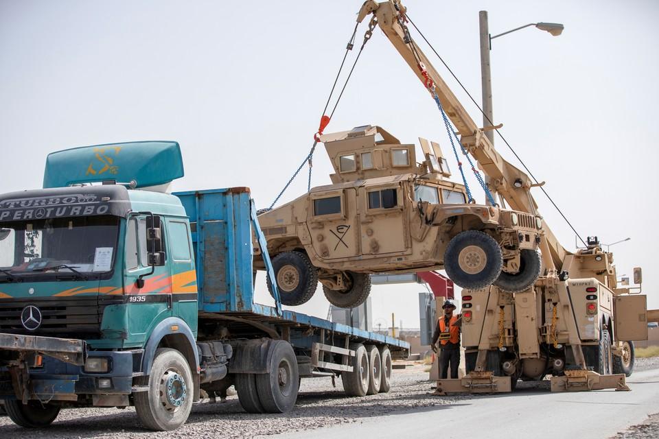 Американские военные грузят бронемашины во время эвакуации с территории авиабазы Баграм в Афганистане.