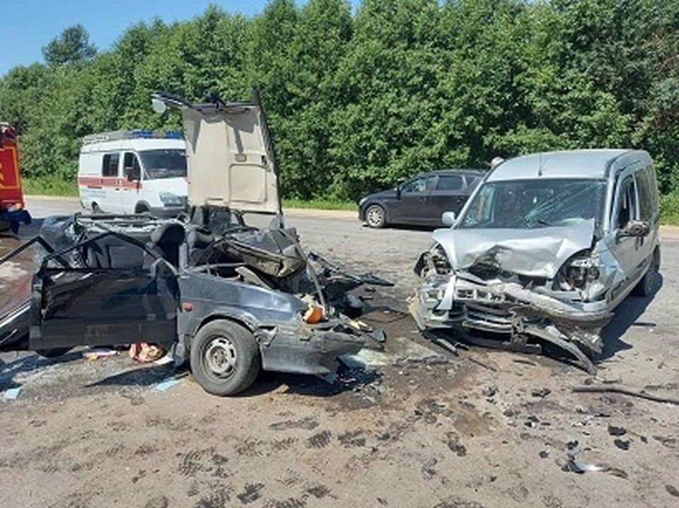 Водитель «ВАЗа 211540» пострадал в страшном ДТП в Кардымовском районе. Фото: ГИБДД России по Смоленской области.