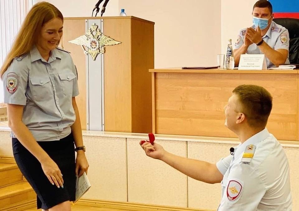 Совещание в полиции закончилось трогательным моментом предложения руки и сердца. Фото - ГУ МВД России по Самарской области