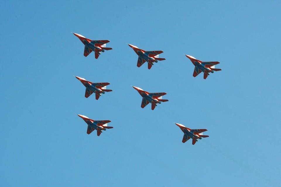 В Кузбасс прилетели семь истребителей.