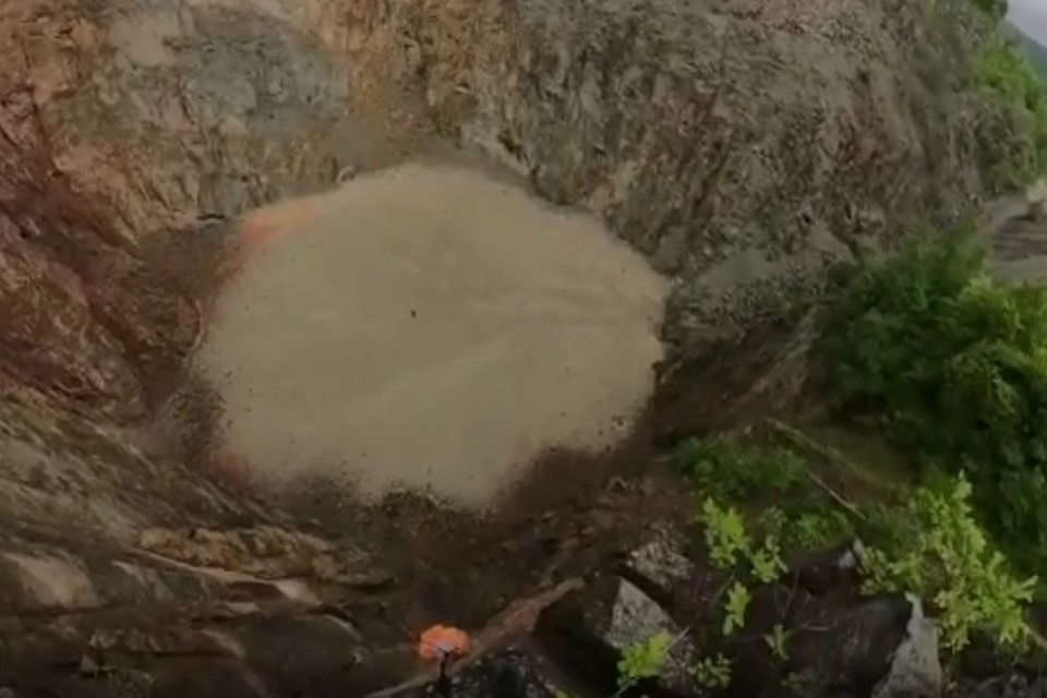 Было место для селфи, стала яма для отходов: в ЕАО исчезло уникальное бирюзовое озеро. Фото: скриншот с видео.